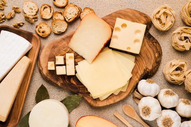 Ingrediente orgánico para el desayuno sabroso dispuesto en la montaña de madera y placa sobre fondo