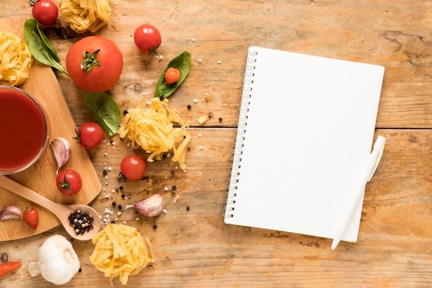 Ingrediente de pasta fresca y productos lácteos en espiral sobre mesa de madera