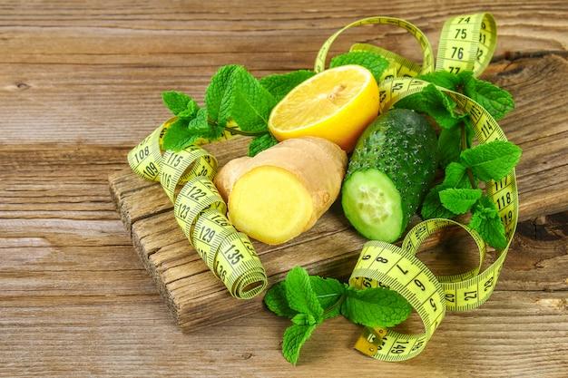 Ingredientes para el agua sassy pepino, limón, jengibre y menta. desintoxicación y pérdida de peso.