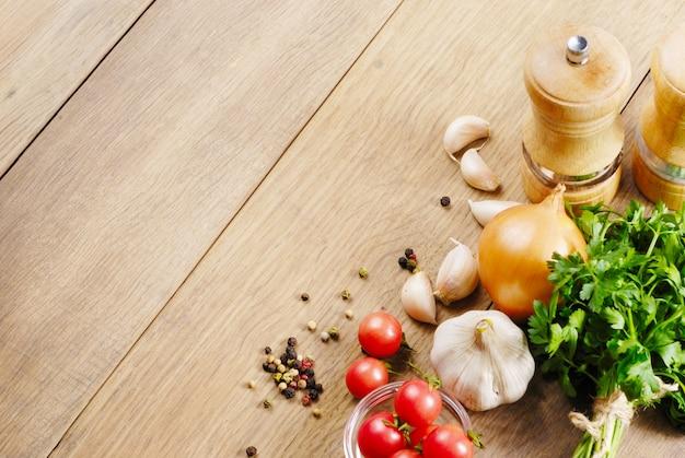 Ingredientes alimenticios en la mesa de roble closeup shot
