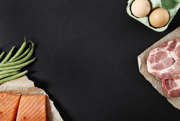 Ingredientes alimenticios saludables en mesa negra