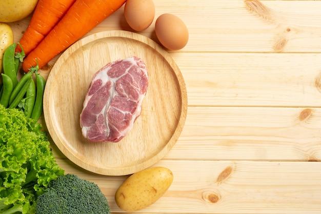 Ingredientes de alimentos para mascotas frescos y saludables en superficie oscura