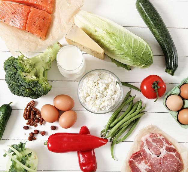 Ingredientes de alimentos saludables en la mesa de madera blanca