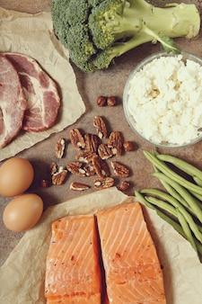 Ingredientes de alimentos saludables en mesa rústica