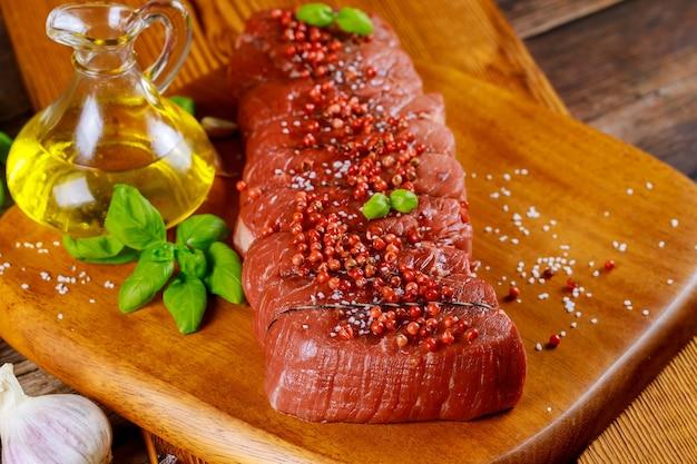 Ingredientes para asar a la parrilla sabrosa carne de ternera solomillo de ternera cruda