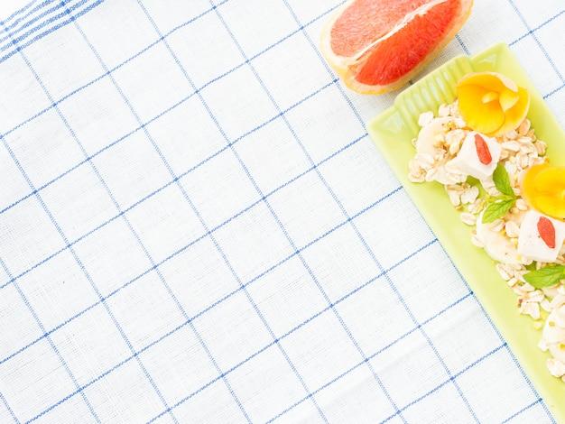 Ingredientes para batido de pomelo con plátano, avena y tofu.