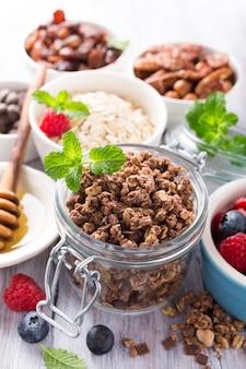 Ingredientes caseros de granola de chocolate.