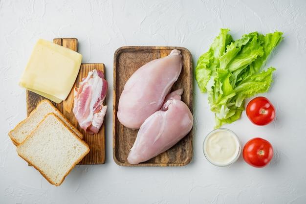 Ingredientes club sandwich, sobre fondo blanco.