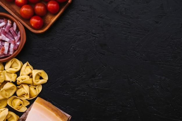 Ingredientes de cocina cerca de pasta rellena