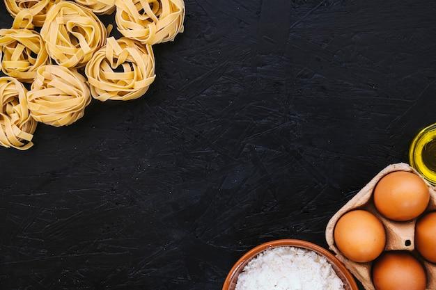 Ingredientes de cocina cerca de la pasta