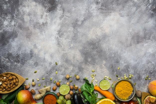 Ingredientes para una cocina saludable: verduras, frutas, frutos secos, especias.