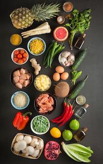 Ingredientes de cocina tailandesa. especias, verduras, frutas, hierbas, mariscos y carnes.