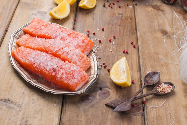 Ingredientes para cocinar comida china. filete de salmón y fideos de vidrio.
