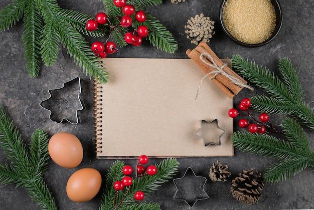 Ingredientes para cocinar horneado de navidad, cuaderno de papel blanco