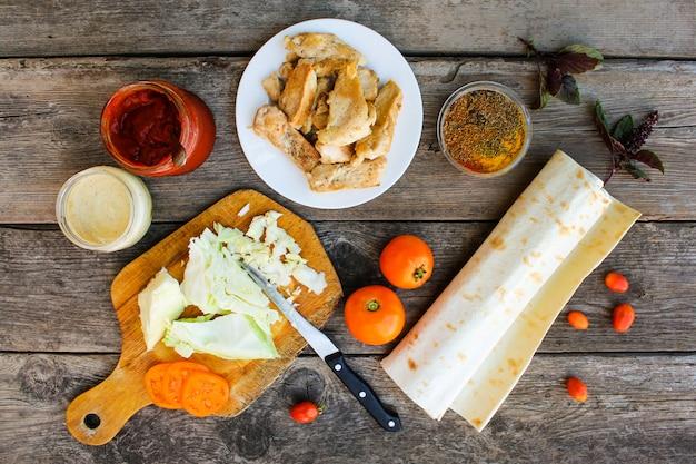 Ingredientes para cocinar kebabs en superficie de madera