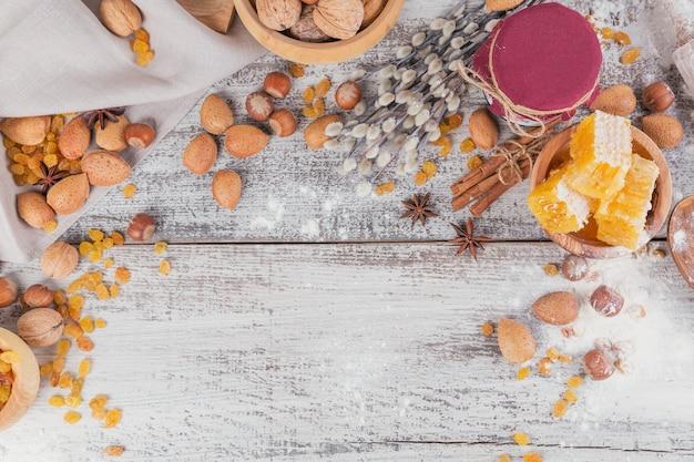 Ingredientes para cocinar pan o galletas con panal, harina, pasas, mezcla de nueces, especias.