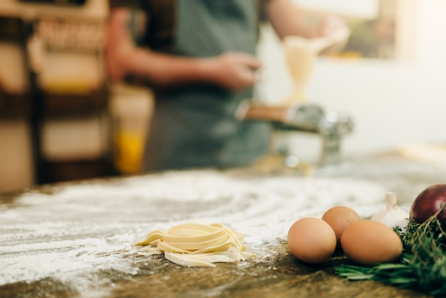 Ingredientes para cocinar pasta casera en la mesa de la cocina de madera