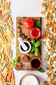 Ingredientes para cocinar: pasta penne italiana.