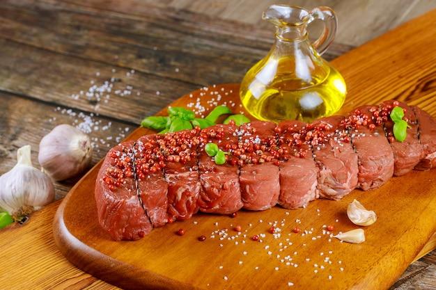 Ingredientes para cocinar sabrosa carne de vacuno solomillo de ternera cruda