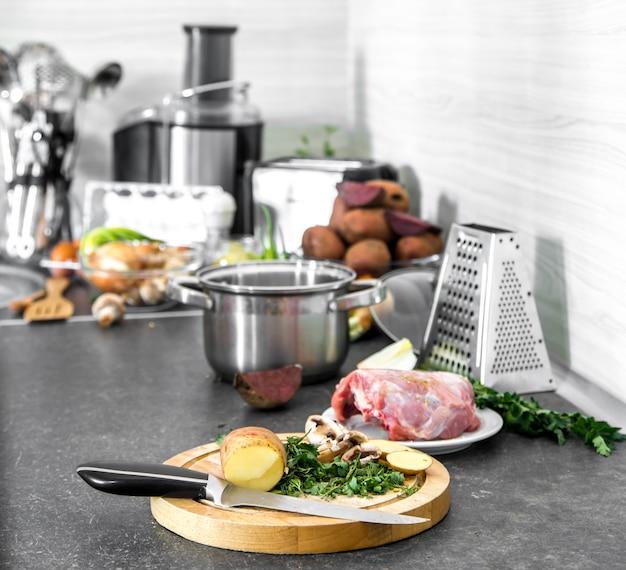 Ingredientes para cocinar sopa en la mesa de la cocina