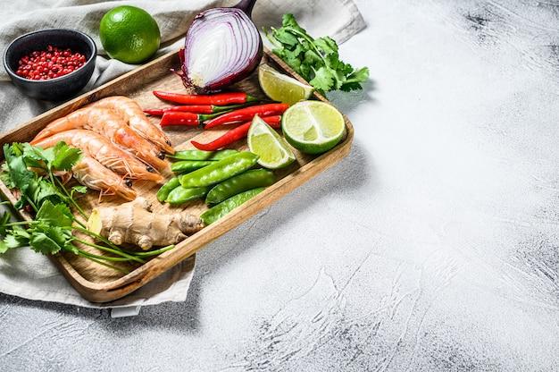Ingredientes para cocinar tom kha gai. sopa de pollo tailandesa en leche de coco. vista superior. copia espacio