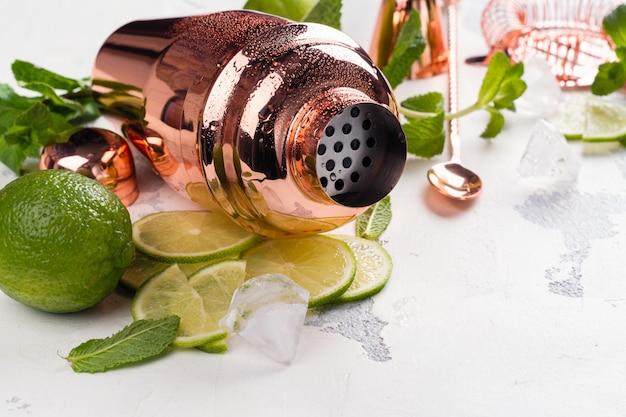 Ingredientes de cóctel mojito en mesa de piedra blanca