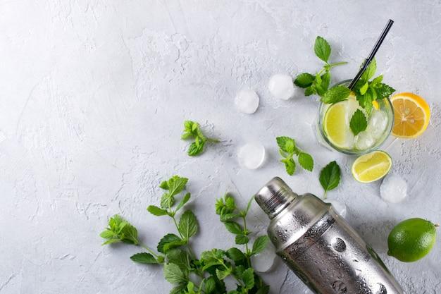 Ingredientes para cócteles mojito u otras bebidas sobre un fondo de hormigón gris