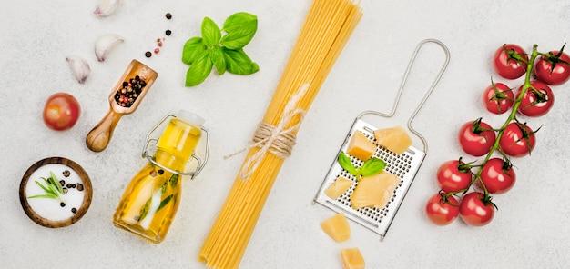 Ingredientes de comida italiana en el escritorio