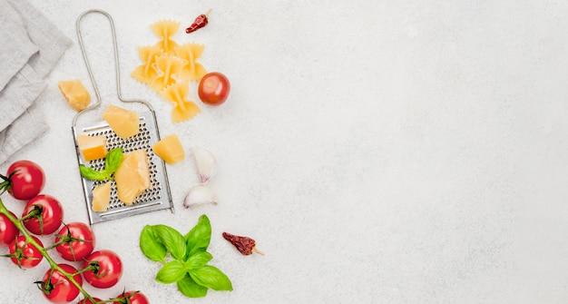 Ingredientes para comida italiana con espacio de copia