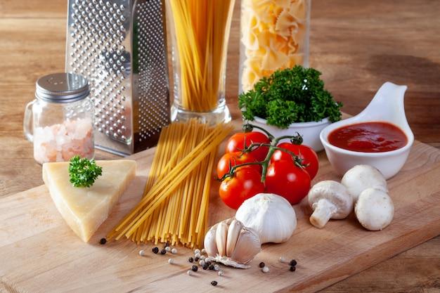 Ingredientes de comida italiana para los espaguetis