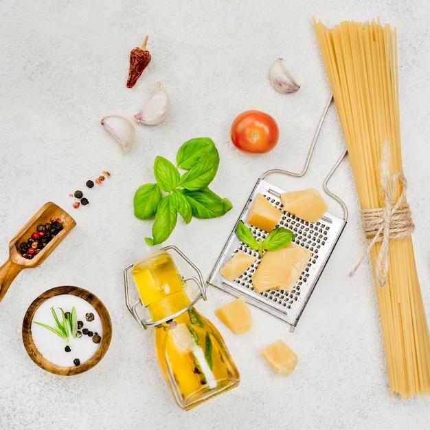 Ingredientes de comida italiana en la mesa
