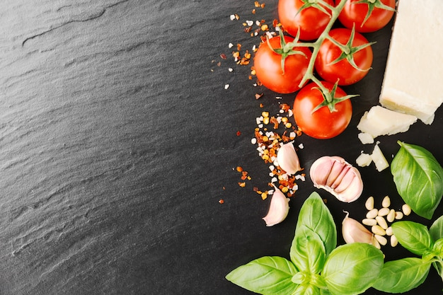 Ingredientes de comida italiana en piedra negra