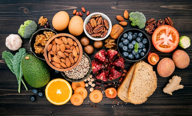 Ingredientes para comida sana en mesa de madera