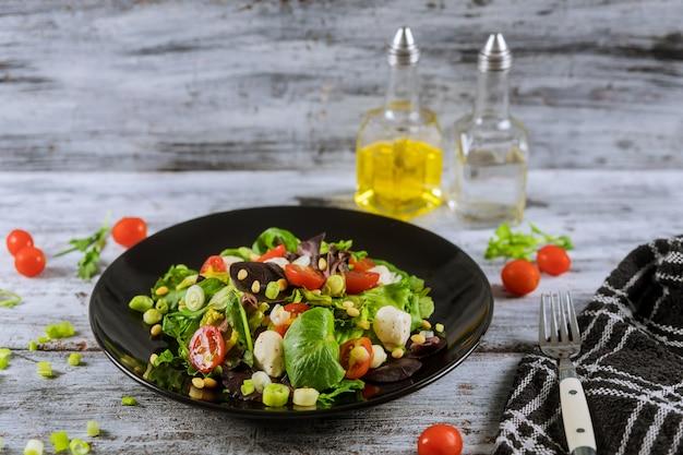 Ingredientes de comida vegetariana para ensalada con mozzarella, rúcula y tomates cherry.