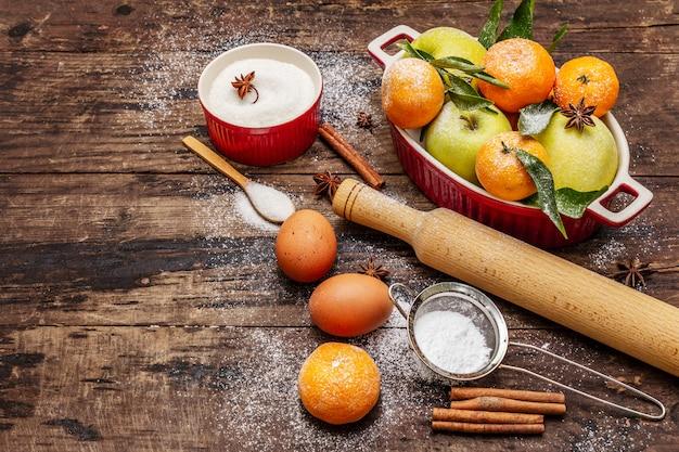 Ingredientes crudos para cocinar horneado de navidad. mesa vintage de madera