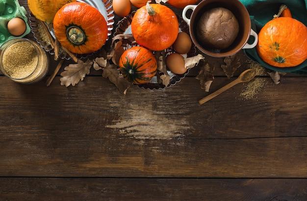 Ingredientes crudos para cocinar pastel de calabaza con hojas secas de otoño