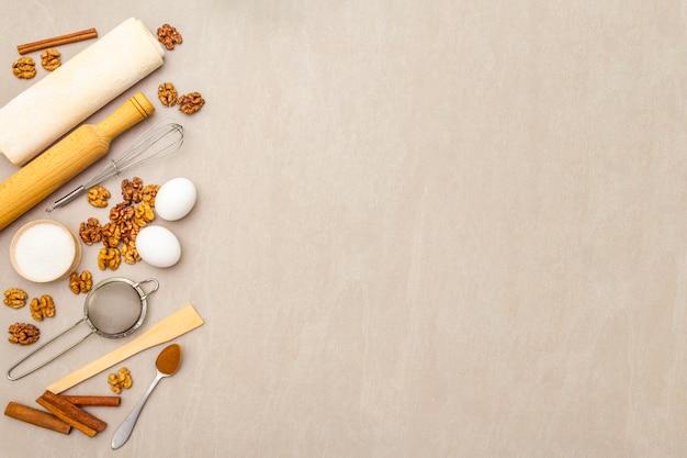 Ingredientes crudos para pastel de nuez. concepto de cocción que cocina en la superficie de piedra, visión superior, espacio de la copia.