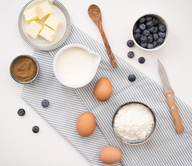 Ingredientes y cubiertos de postre hermosos y deliciosos