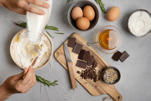 Ingredientes deliciosos muffins en la cocina.