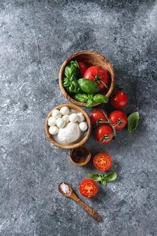 Ingredientes para ensalada caprese.