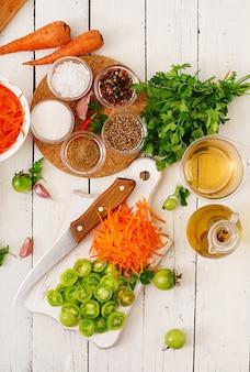 Ingredientes para ensalada coreana de tomates verdes y zanahorias