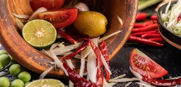 Los ingredientes de la ensalada de papaya incluyen papaya.