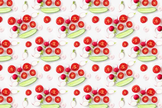 Ingredientes de ensalada de verduras frescas tiro arriba, patrón