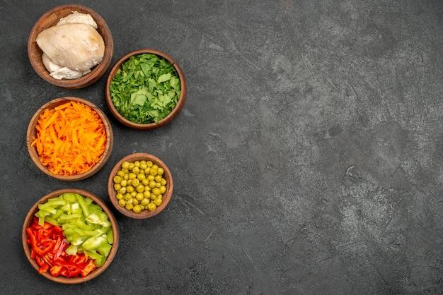 Ingredientes de ensalada de vista superior con pollo y verduras en la mesa oscura dieta de ensalada de alimentos saludables