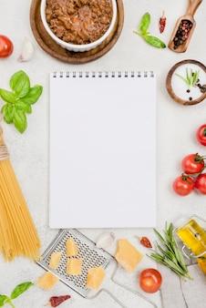 Ingredientes para espagueti a la boloñesa con cuaderno