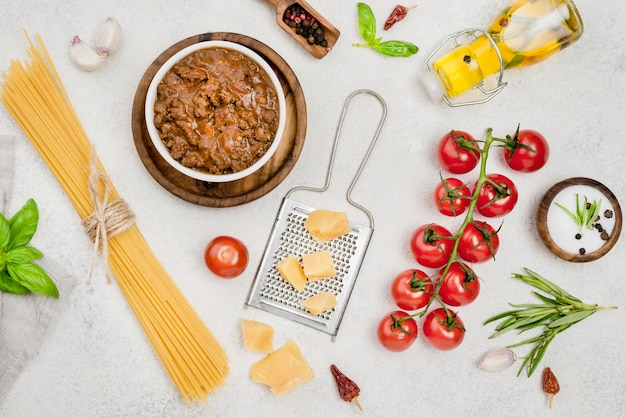 Ingredientes para espagueti a la boloñesa en la mesa