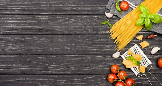 Ingredientes para espagueti con espacio de copia