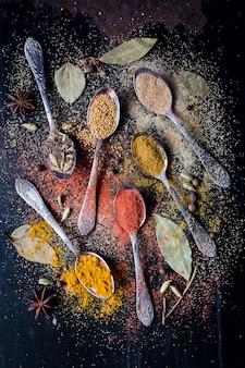 Ingredientes de especias alimenticias para cocinar fondo oscuro
