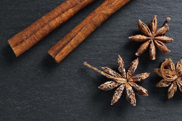 Ingredientes: estrella de anís y palitos de canela.