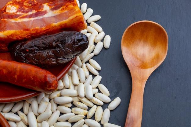 Ingredientes para la fabada asturiana, plato típico de asturias (españa)